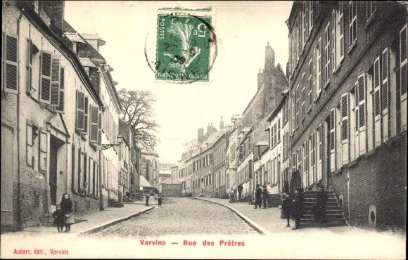 Ak Vervins Aisne, Blick in die Rue des Pretres, Häuser, Treppe, Kinder