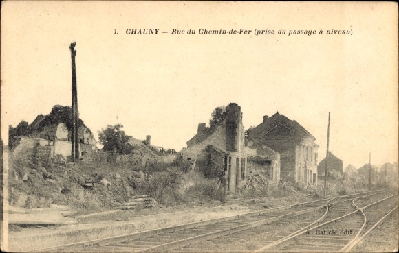 Ak Chauny Aisne, Rue du Chemin de Fer, prise du passage à niveau