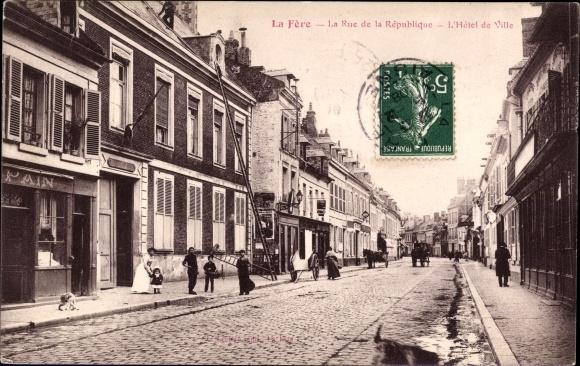 Ak La Fère Aisne, La Rue de la République, L'Hôtel de Ville