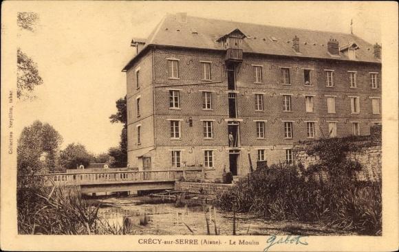 Ak Crecy sur Serre Aisne, Le Moulin, Blick auf die Mühle, Flusspartie, Brücke