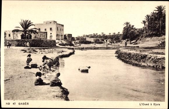 Ak Gabes Tunesien, L'Oued a Djara, Kinder sitzen am Fluss
