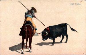 Künstler Ak Una Vara, Stierkampf, Bulle, Torero, Lanze, Pferd, Reiter