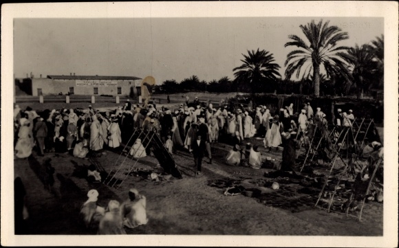 Ak Touggourt Algerien, Le Marché, Marktplatz mit Anwohnern