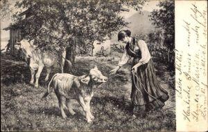 Künstler Ak Junge Frau füttert ein Kalb, Kühe, Bäuerin