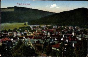 Ak Friedrichroda im Thüringer Wald, Gesamtansicht mit Wald