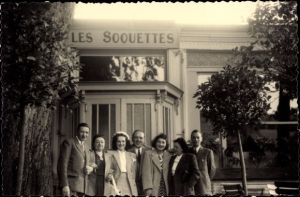 Foto Ak Echternach Luxemburg, Les Soquettes, Männer und Frauen vor Gebäude