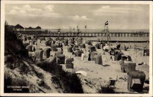 Ak Graal Müritz im Kreis Rostock, Blick auf den Strand, Steg, Strandkörbe