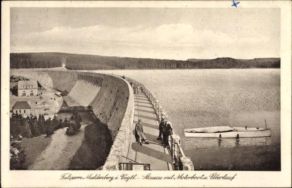 Ak Muldenberg Grünbach im Vogtland Sachsen, Stausee mit Motorboot und Überlauf