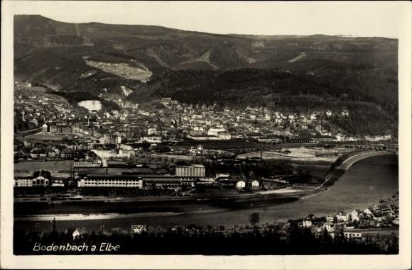 Ak Děčín Tetschen Bodenbach Elbe Reg. Aussig, Blick auf den Ort, Berge