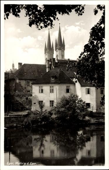 Ak Cheb Eger Reg. Karlsbad, Motiv an der Eger, Kirchtürme, Häuser