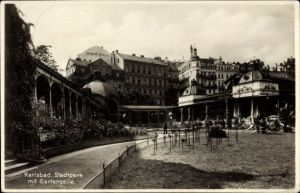 Ak Karlovy Vary Karlsbad Stadt, Partie im Stadtpark mit Gartenzeile