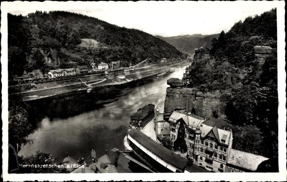 Ak Hřensko Herrnskretschen Elbe Reg. Aussig, Vogelschau auf den Ort, Fluss