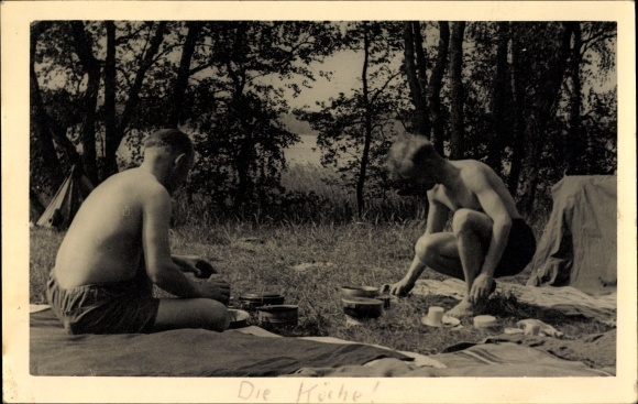 Foto Ak Männer vor ihrem Zelt, Camping, Feldgeschirr, Kochen im Freien