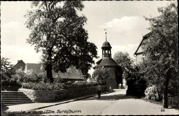 Ak Lauenburg an der Elbe, Straßenpartie mit Blick auf Schlossturm, Passant