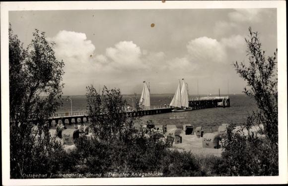 Ak Timmendorfer Strand in Ostholstein, Strand bei der Dampfer Anlegebrücke, Segelboote