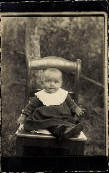 Foto Ak Baby auf einem Stuhl sitzend, Kinderportrait