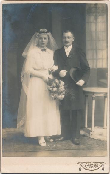 Mann Im Brautkleid | Foto Hochzeitspaar Braut In Brautkleid Mann In Frack Atelier