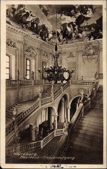 Ak Würzburg am Main Unterfranken, Residenz, Treppenaufgang, Deckengemälde, Kronleuchter
