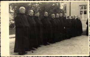 Foto Ak Religion, Gruppenfoto Geistliche in schwarzen Kutten, Seminar