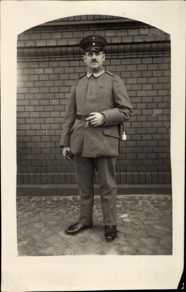 Foto Ak Deutscher Soldat in Uniform, Standportrait, Zigarre rauchend, Quaste, I. WK