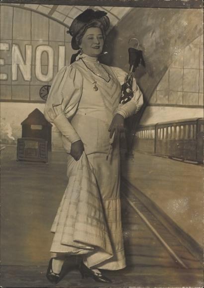 Foto Frau in langem, weißen Kleid, Damenhut, Schirm, Theaterbühne, Theaterkostüm