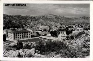 Foto Ak Cetinje Montenegro, Gesamtansicht vom Ort mit Gebirge, Felswände