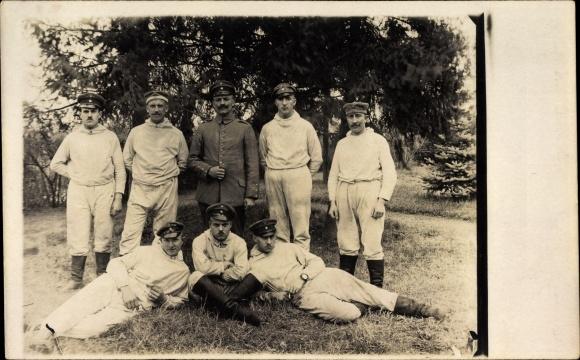 Foto Ak Deutsche Soldaten in Uniformen, Gruppenportrait, Weiße Uniformen mit Kapuzen, I. WK