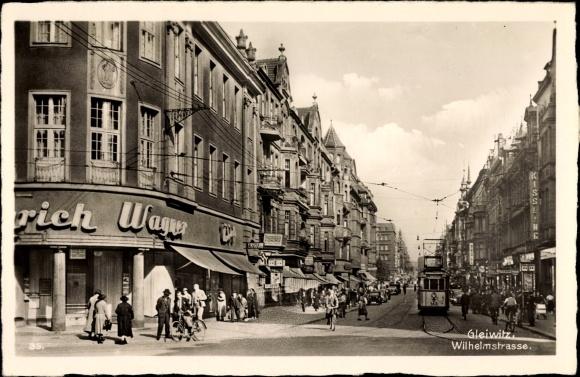 Ak Gliwice Gleiwitz Schlesien, Wilhelmstraße, Geschäft Wagner, Straßenbahn, Passanten