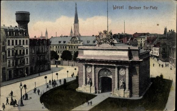Ak Wesel am Niederrhein, Partie am Berliner Tor Platz, Passanten, Wasserturm
