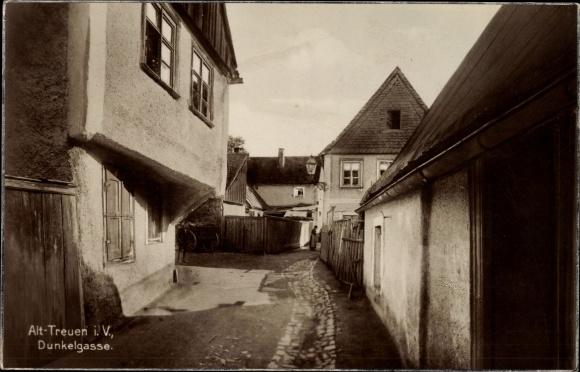 Ak Treuen Vogtland, Altstadt, Dunkelgasse, Gebäude