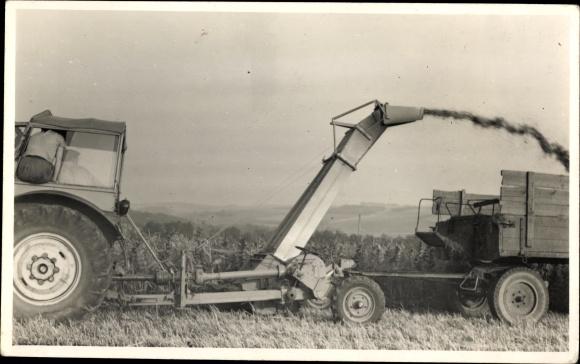 Foto Ak Neukirchen Erzgebirge, Traktor mit Mähdrescher Anbau, Feldarbeit