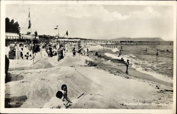 Ak Ostseebad Göhren auf Rügen, Strandleben, Sandburgen, Strandkörbe, Fahnen