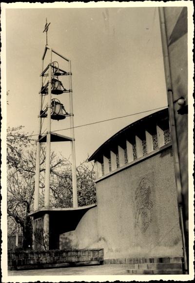 Foto Ak Waldenburg in Sachsen, Teilansicht der Kirche, drei Glocken