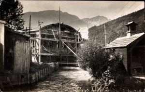 Foto Ak Gebäude im Bau, Rohgerüst, Ziegelsteinbau, Maurer oder Zimmermänner bei der Arbeit, Gebirge