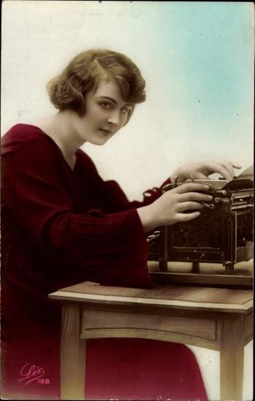 Ak Sekretärin an der Schreibmaschine sitzend