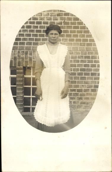 Foto Ak Dienstmädchen in Schürze, Arbeitskleidung, Portrait