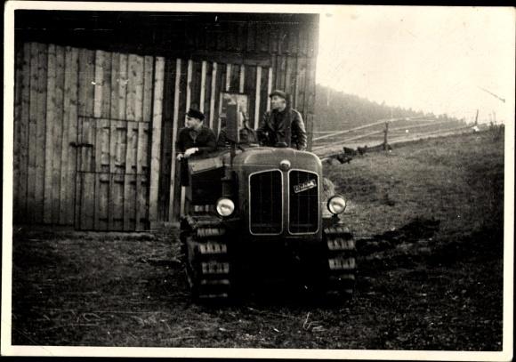 Foto Neukirchen Erzgebirge, Landwirte auf einem Traktor vor der Scheune, Nutzfahrzeug