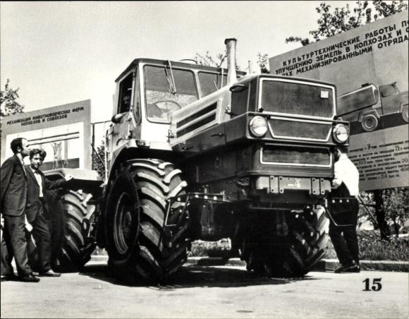 Foto Landwirte betrachten einen HTZ Traktor, Russisches Nutzfahrzeug