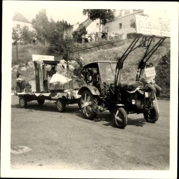 Foto Beschmückter Traktor mit Anhänger, Straßenumzug