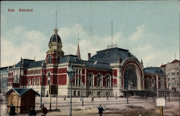 Ak Kiel in Schleswig Holstein, Blick auf den Bahnhof, Hütte, Passanten, Laternen