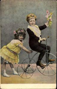 Ak Zwei Kinder mit einem Dreirad, Blumenstrauß