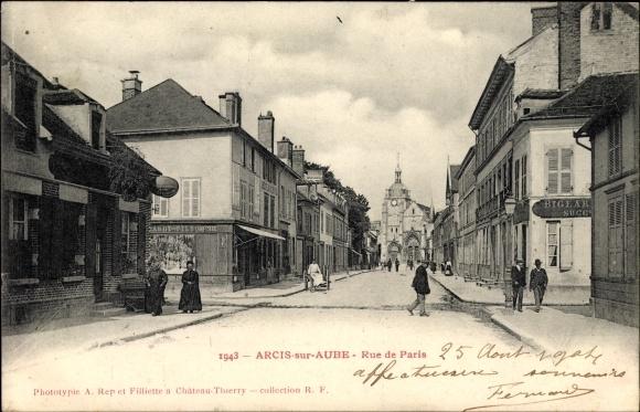 Ak Arcis sur Aube, Rue de Paris, Straßenpartie, Geschäfte, Kirche, Passanten