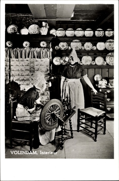 Ak Volendam, Interieur einer Niederländischen Bauernstube, Spinnrad ...