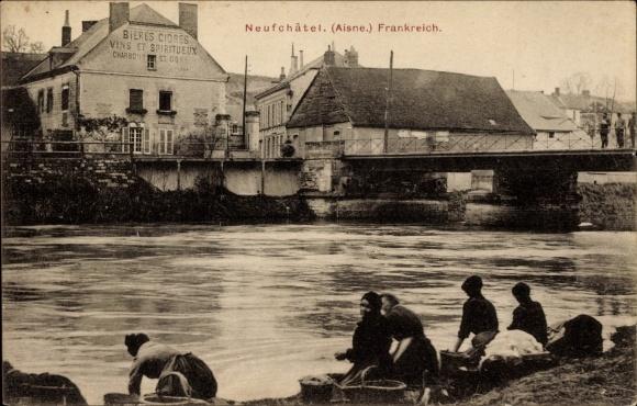 Ak Neufchâtel sur Aisne, Partie am Fluss, Bières cidres, Vins, Spiritueux, Lavage, Waschen