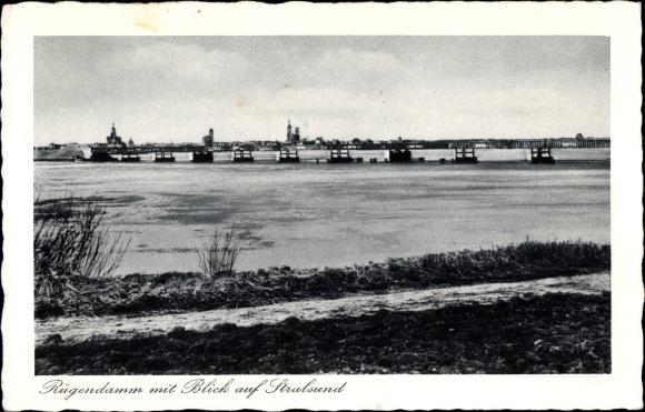 Ak Stralsund in Mecklenburg Vorpommern, Rügendamm mit Blick zur Stadt