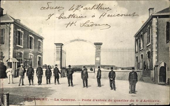 Ak Héricourt Pas de Calais, La Caserne, Porte d'entrée du quartier du 4e d'Artillerie