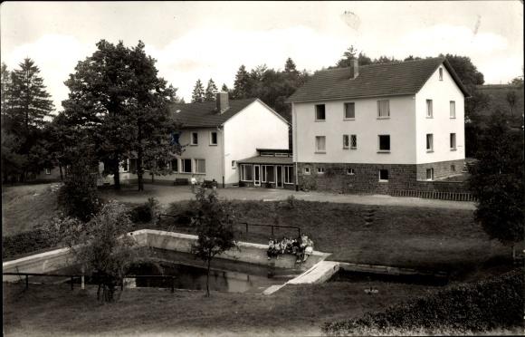 Ak Gelslingen Drolshagen im Sauerland, Blick auf das Schullandheim, Partie am Becken