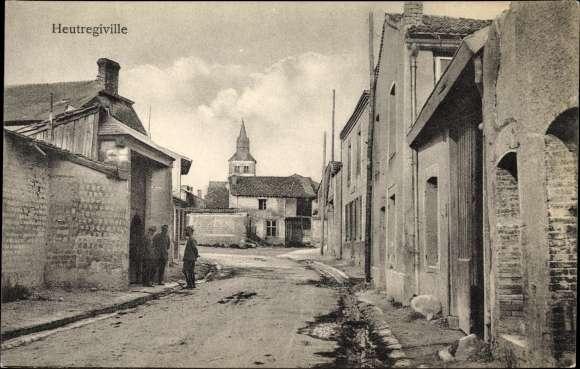 Ak Heutregiville Marne, Straßenpartie im Ort, Blick zur Kirche, Wohnhäuser