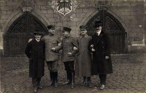 Foto Ak Soldaten in Uniform und Zivilisten, Wappen, Tor