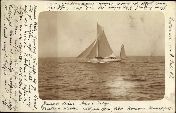 Foto Ak Segelschiff auf dem Wasser, Sonnenreflektion